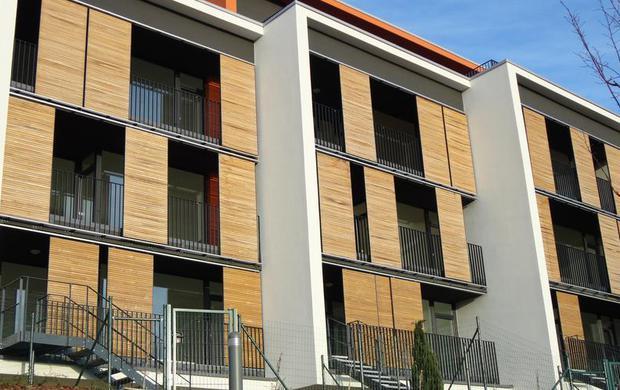 Persiane In Legno Scorrevoli : Persiane in legno scorrevoli in un complesso residenziale