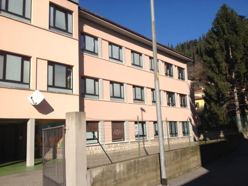 Mala scuola a Brescia. Cancello crolla in edificio scolastico