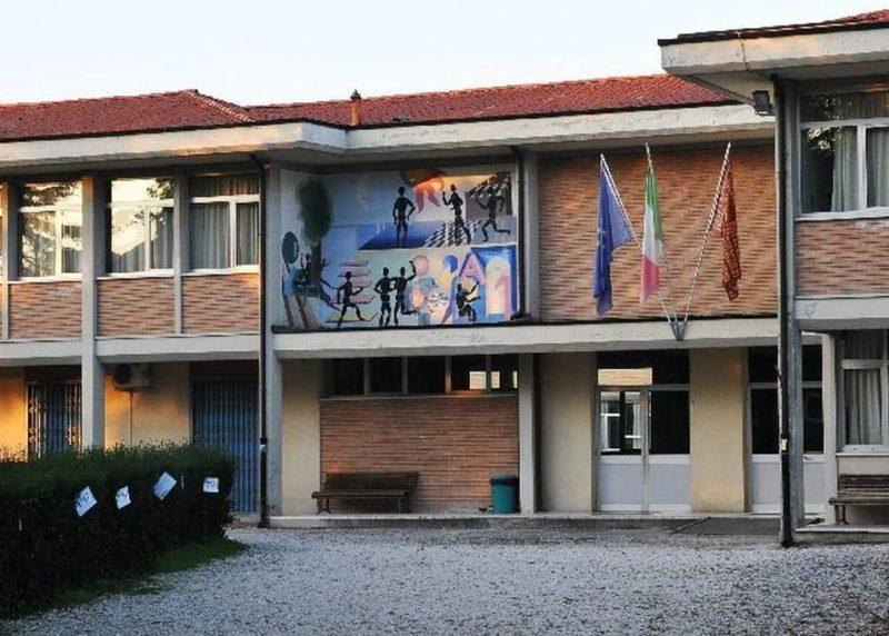 Mala scuola a Venezia. Cade una finestra. Nessun ferito